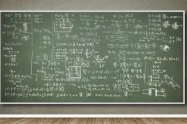 Wand mit Tafel und vielen Formeln