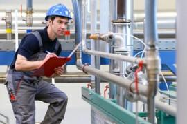 Industriearbeiter untersucht Anlage in Fabrik