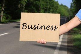 Tramper mit Schild Business