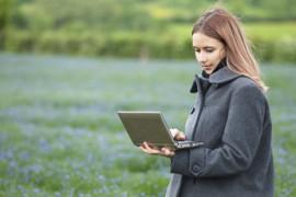 femme avec un ordinateur portable